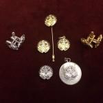 Foto escudos, gemelos, alfileres y colgantes